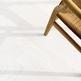 Bianco Assoluto parkiet drewniany- biała podłoga do salonu.