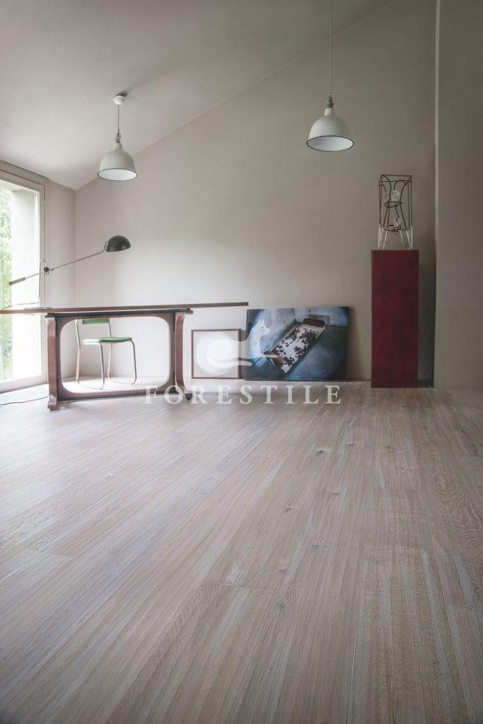 Dąb bielony, heblowany ręcznie - Heritage traccia Ostuni Listone Giordano. Salon Forestile
