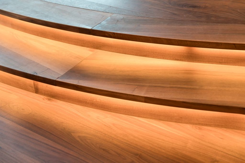 Schody - detal, drewniany parkiet zorzecha amerykańskigo Listone Giordano