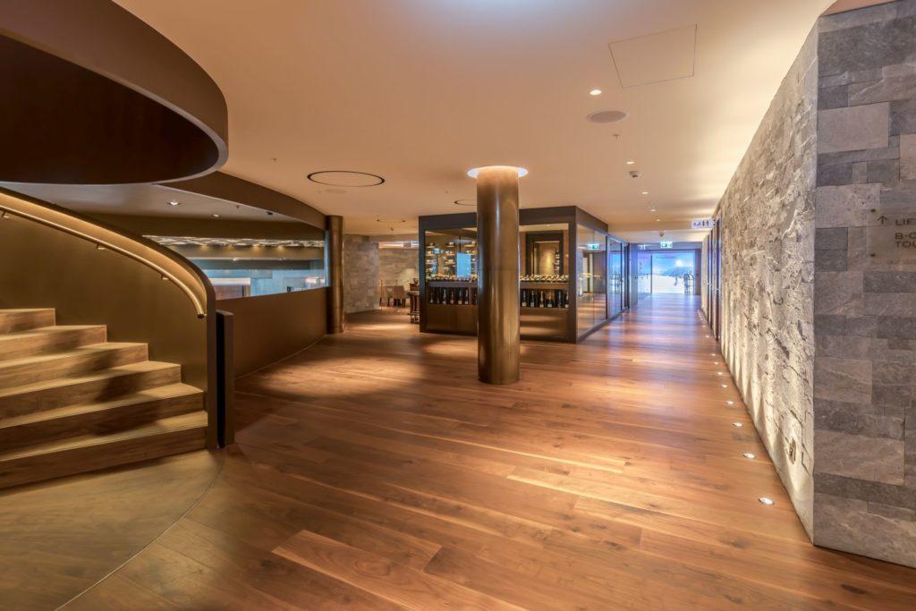 Hotel Burgenstock, wejście główne wypełnia drewniany parkiet zorzecha amerykańskiego Listone Giordano