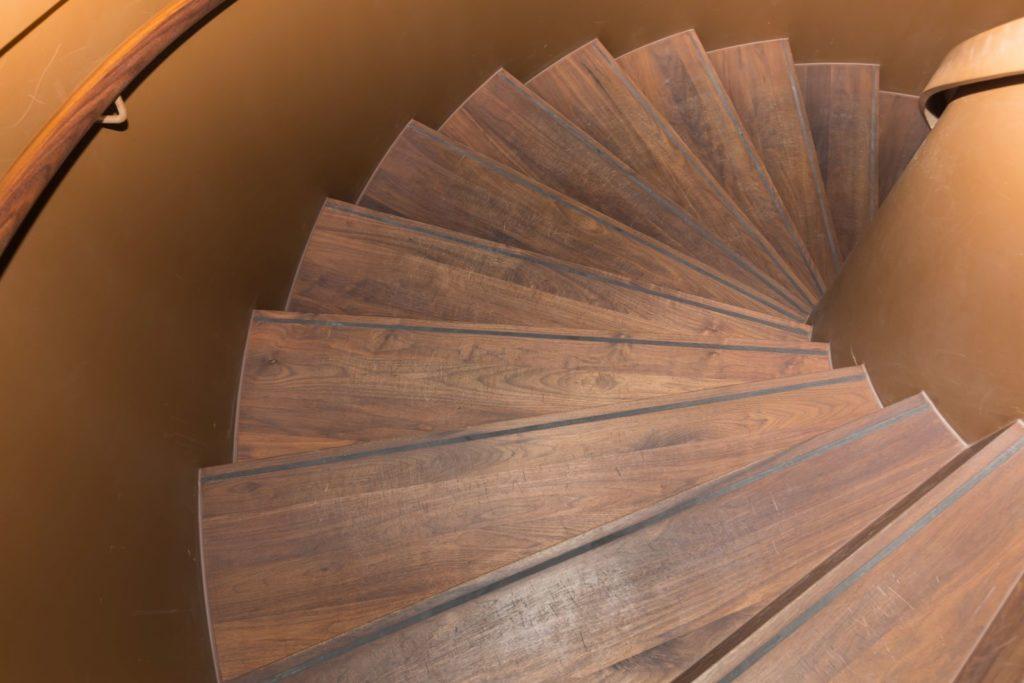 Burgenstock Hotel - zakręcane schody - drewniany parkiet zorzecha amerykańskiego.
