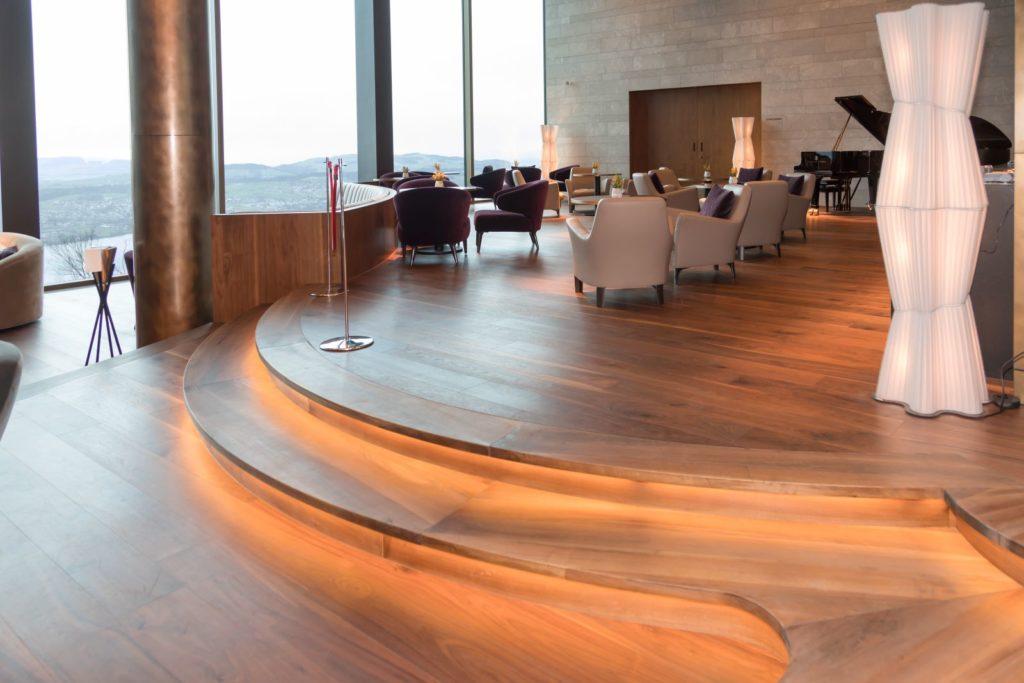 Pianobar wHotelu Burgenstock - drewniany parkiet zorzecha amerykańskiego